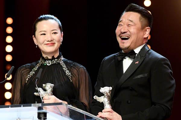 她是华语演员第六个三大影后 黄金配角崭露头角