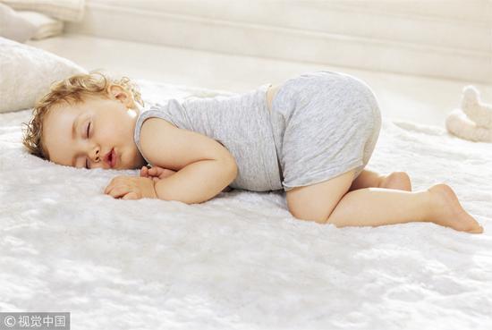婴儿晚上不睡很正常 家长别担心