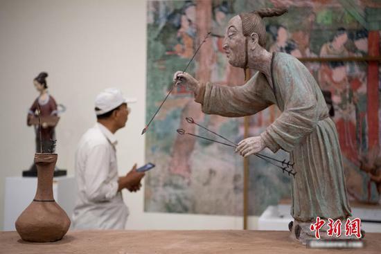 """古人也玩""""高尔夫"""" 现代雕塑还原古代运动项目"""