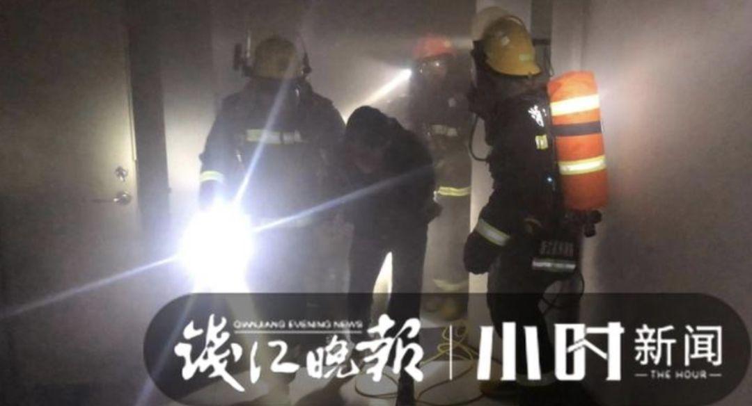 浙工大宿舍发生火灾 消防员从4楼救出多名被困女生