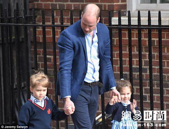 擁抱收禮物 4歲夏洛特公主人氣高風頭蓋過哥哥喬治