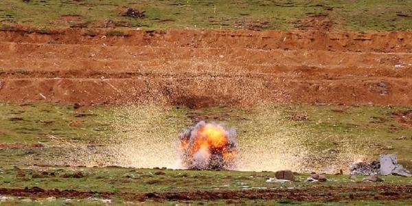 解放军在西藏4700米高原上实弹演练